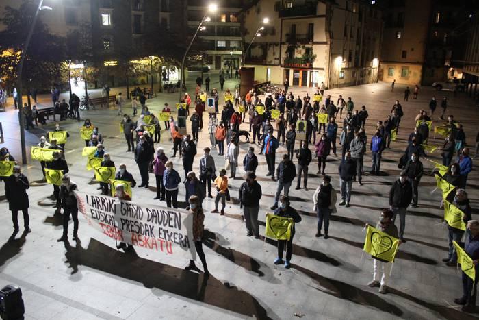 Ibon Fernandez Iradiren egoerarengatik kezka adierazi dute Okendo plazan