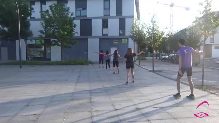 'Hamar atzamar' dantzatu dute herritarrek