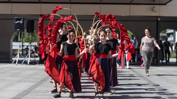 Dantzaren Nazioarteko Eguna ospatzen: desfilea herrian zehar