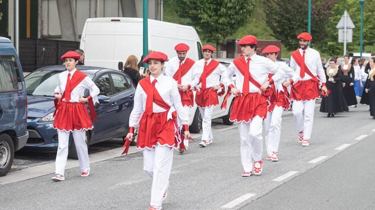 Dantzari Eguna: desfilea herrian zehar