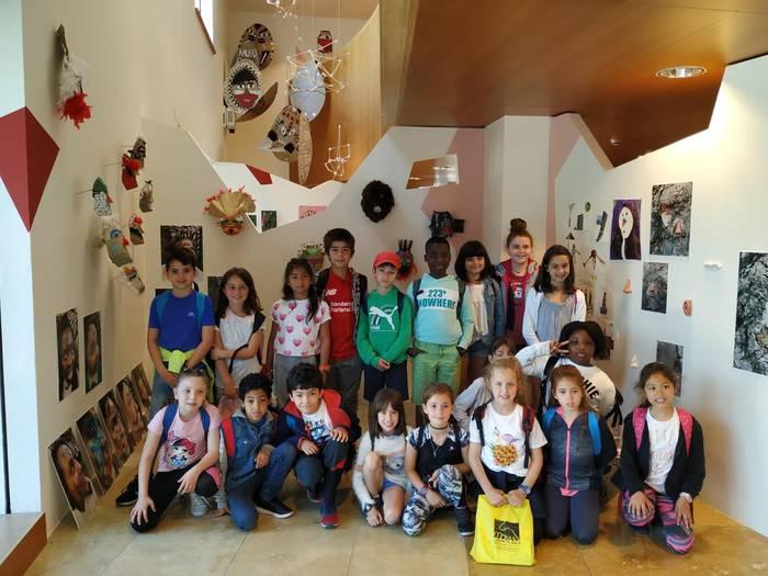 Sasoeta-Zumaburu ikastetxeko artista txikiek euren lana eraman dute Guggenheim museora