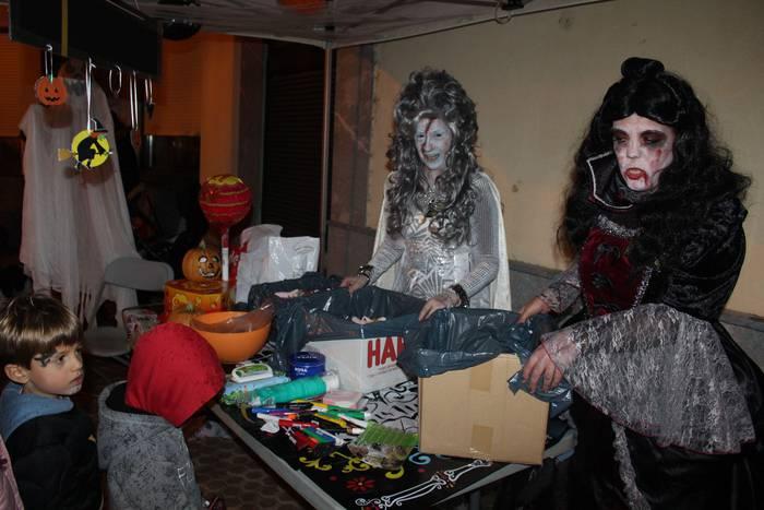 Euri azpian egin dute Halloween