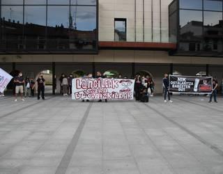 Jasaten ari diren kriminalizazioaren aurka protesta egin dute ostalariek